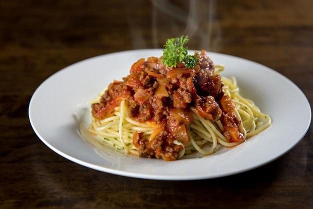 Spaghetti italiani con ragù alla bolognese