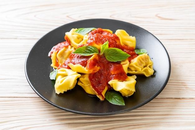 Tortellini italiani con salsa di pomodoro - stile alimentare italiano