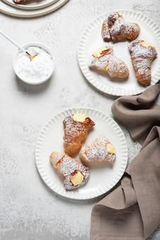 Aragosta dolce tradizionale italiano con crema, vista dall'alto in basso
