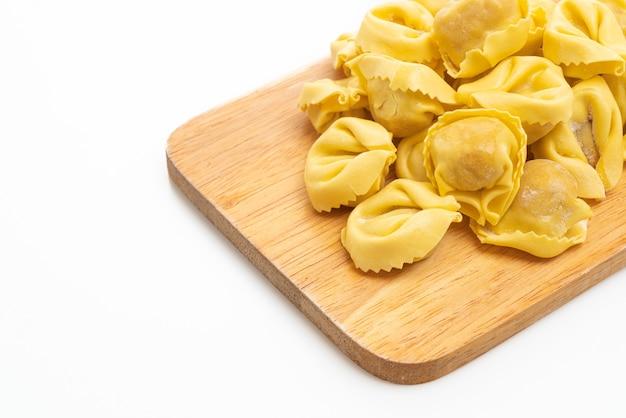 Pasta tradizionale italiana dei tortellini isolata su bianco
