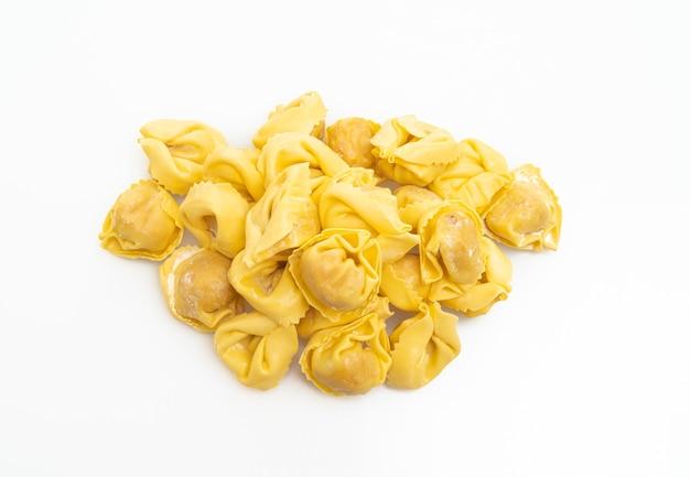 Pasta italiana tradizionale dei tortellini isolata su bianco