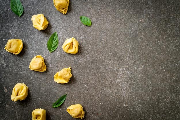 Pasta italiana tradizionale dei tortellini - stile alimentare italiano