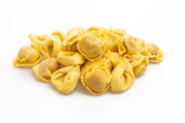 Tortellini tradizionali italiani su bianco