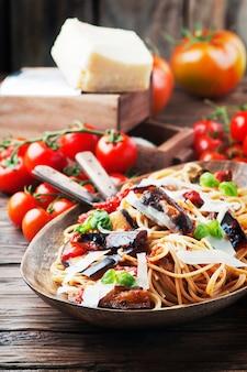 Pasta vegetariana tradizionale italiana con melanzane