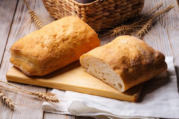 Pagnotte di pane bianco italiano di ciabatta