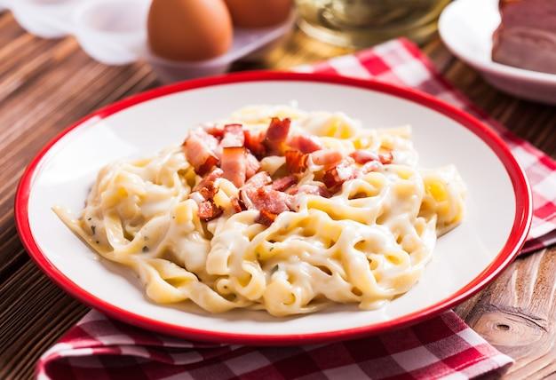 Cucina tradizionale italiana - tagliatelle alla carbonara di pasta su un piatto