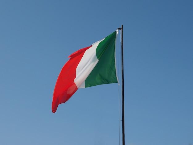 Bandiera dell'italia nel cielo blu