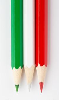 Bandiera dell'italia fatta di matite in legno colorate