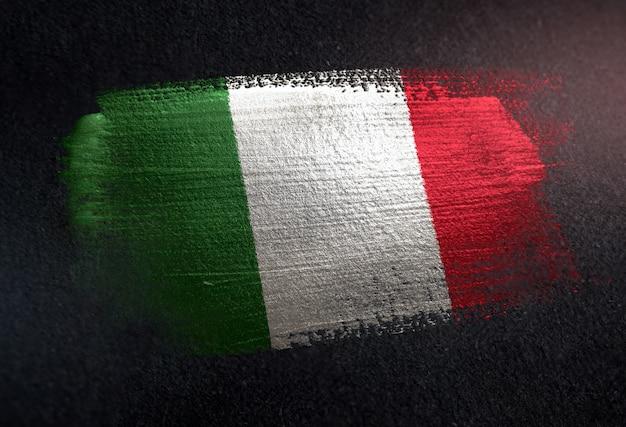 Bandiera italia fatta di vernice spazzola metallica sulla parete scura grunge