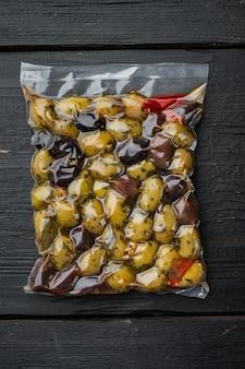 Olive fresche dell'italia, su legno nero