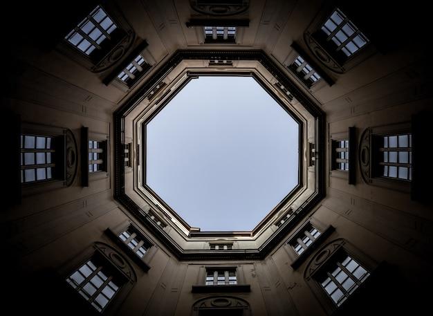 Italia, milano. interno di un antico palazzo, guardando il cielo con un obiettivo grandangolare da 16 mm.