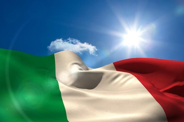 Bandiera nazionale dell'italia sotto il cielo soleggiato