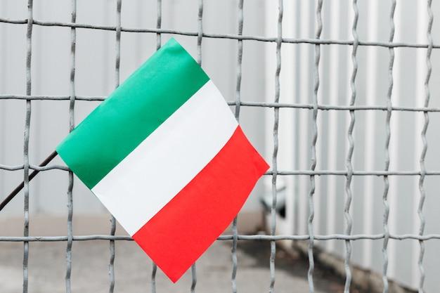 Italia quarantena, stop al coronavirus. in italia il coronavirus diffonde l'epidemia. bandiera italiana sulla gabbia.