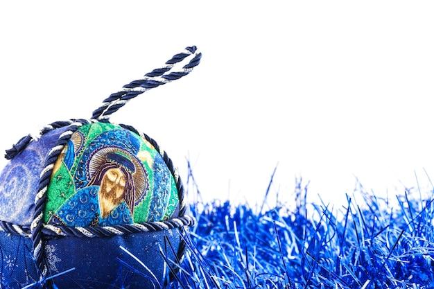 Italia. palla di natale tradizionale fatta a mano in tessuto bianco e blu