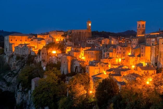 Italia. toscana. sorano. una piccola città medievale su una scogliera. luci della città di notte