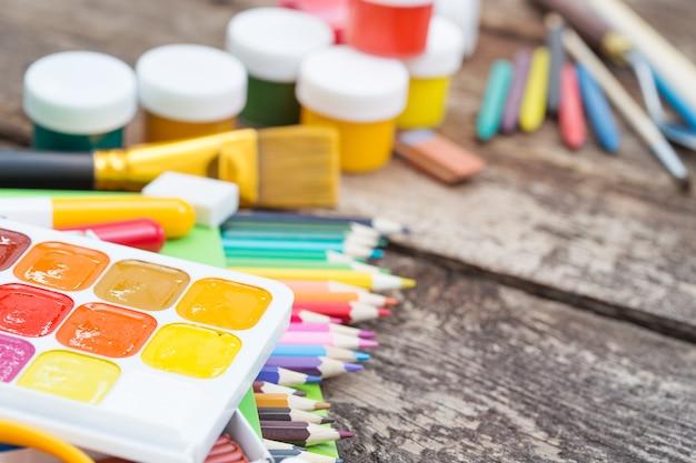 Articoli per la creatività dei bambini su fondo in legno