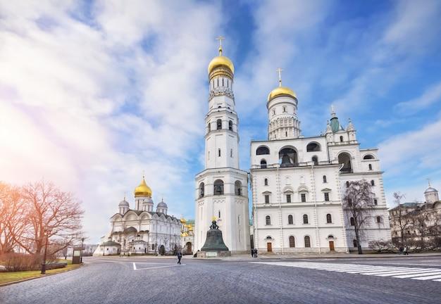Ivan il grande campanile e campanile dell'assunzione al cremlino di mosca