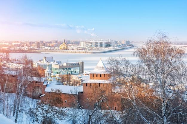 Torre ivanovskaya del cremlino di nizhny novgorod, vista sul volga ghiacciato e la cattedrale alexander nevsky