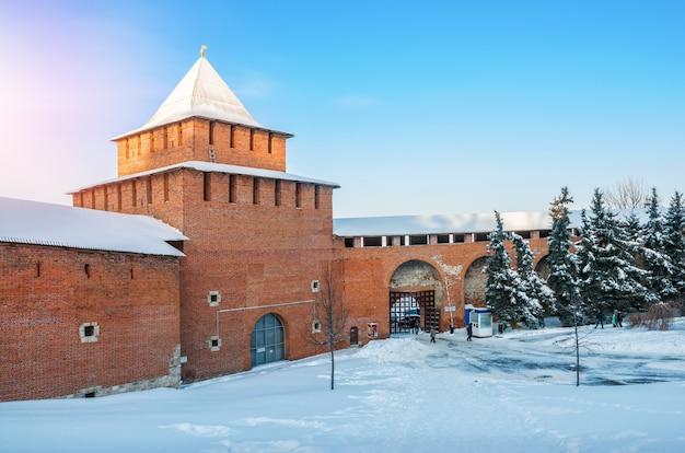 La torre ivanovskaya del cremlino di nizhny novgorod