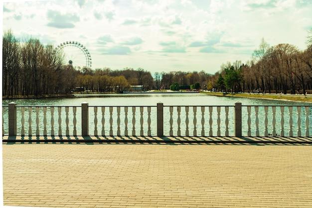 Izmailovsky park mosca russia stagno balaustra in pietra e vista sulla ruota panoramica