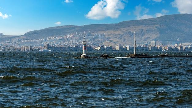 Izmir, turchia - paesaggio urbano costiero con edifici moderni e navi. parte centrale della città di izmir, turchia