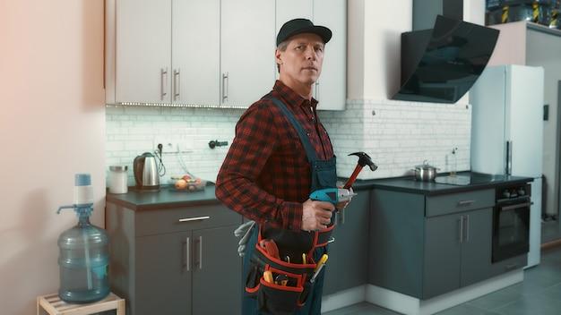 L'uomo tuttofare risolve piccoli problemi domestici