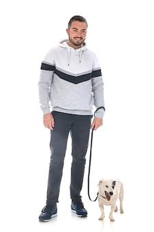 Jack russel terrier e uomo davanti al muro bianco