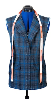Giacca su manichino durante la sua cucitura. veste la giacca alla moda non ancora pronta sul manichino. concetto di creazione di abbigliamento su misura.