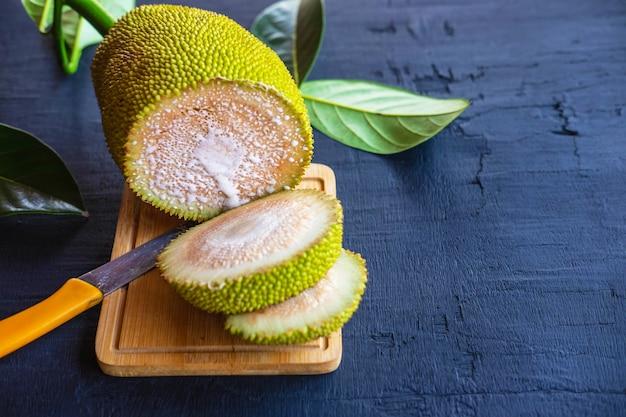 Jackfruit tagliato a metà sul tagliere di legno