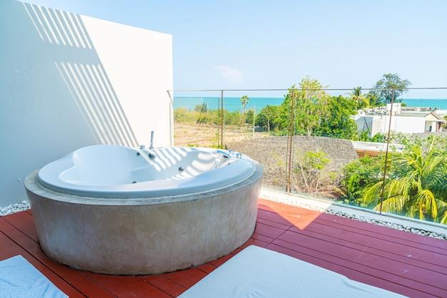 Vasca idromassaggio sul balcone