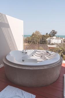 Decorazione della vasca idromassaggio sul balcone