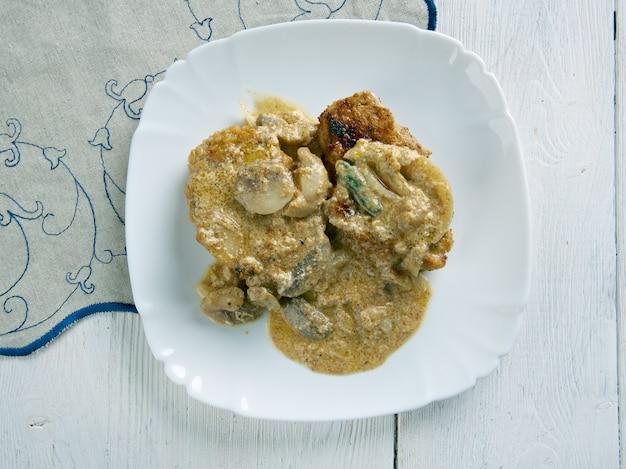 Jaegerschnitzel - cotoletta alla cacciatora, cotoletta in salsa di panna, funghi, vino