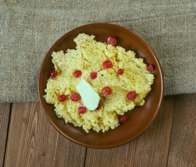 Jahlova kase - versione polacca del porridge di miglio con frutti di bosco o monti beskidi
