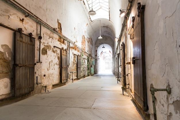 Corridoio della prigione con porte chiuse.
