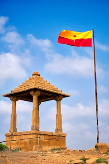 Bandiera di jaisalmer vicino ai cenotafi della tomba indù mausoleo di bada bagh. jaisalmer, rajasthan, india