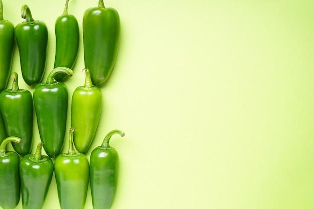 Peperoni verdi jalapeno, su sfondo verde chiaro, copia spazio, vista dall'alto.