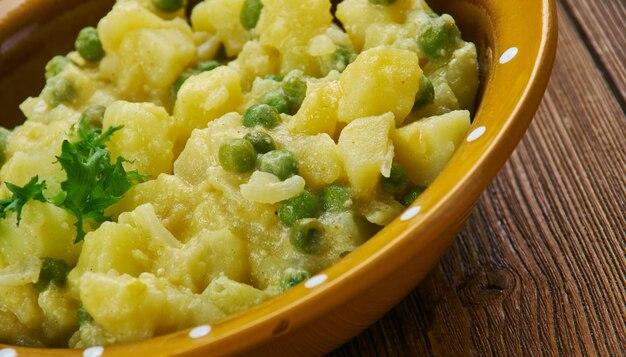 Curry di patate piccante giamaicano - il curry è cremoso e delizioso, è molto abbondante con patate, carote e piselli.