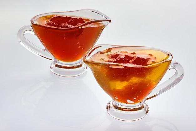 Marmellate di prugne e mele in ciotole di vetro