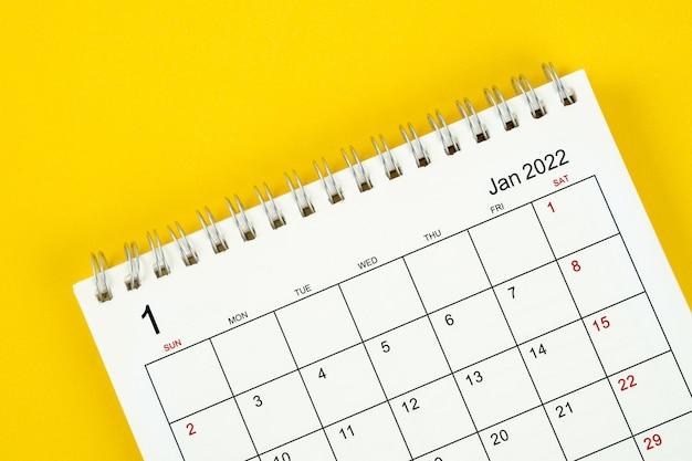 Mese di gennaio, scrivania del calendario 2022 per l'organizzatore per la pianificazione e il promemoria su sfondo giallo.