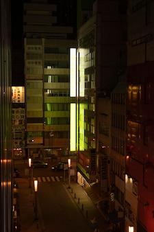 Città del giappone con strada vuota nelle ore notturne