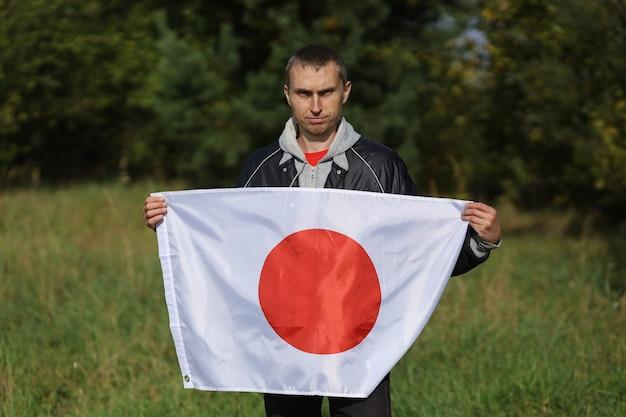 Bandiera del giappone in mani umane