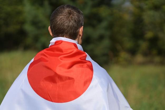 Bandiera del giappone sulla schiena di un uomo