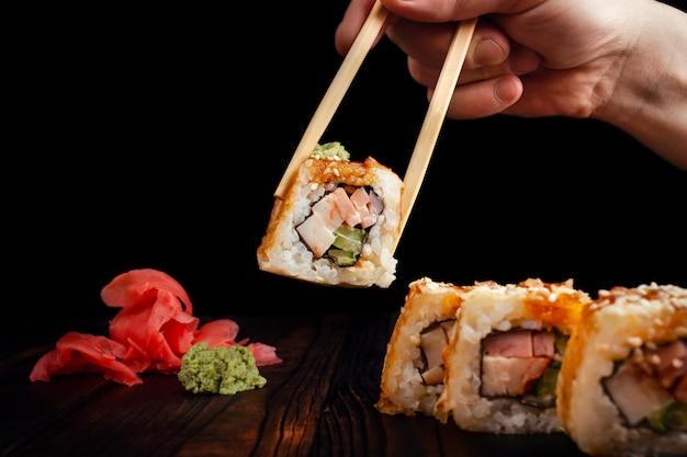 Rotoli di sushi del giappone su priorità bassa nera