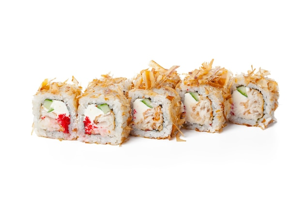 Rotolo di sushi di cibo giapponese isolato sulla fine bianca del fondo su