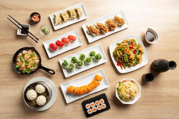Sfondo di cibo asiatico giapponese, sushi, noodles, gyozas.