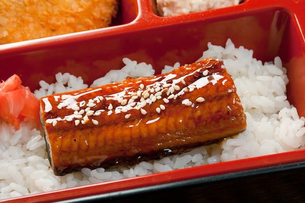 Pranzo giapponese bento .box di fast food con anguilla affumicata