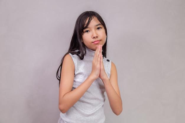 Bambino giapponese che chiede per favore
