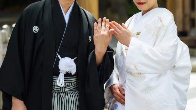 Coppia giapponese spettacolo fede nuziale