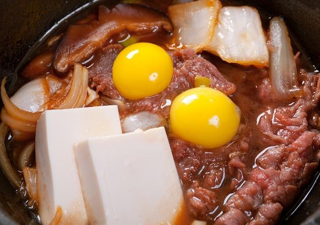 Cucina giapponese .manzo con uova di quaglia