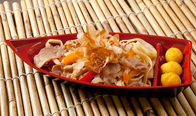 Cucina giapponese .scatola di fast food con carne di maiale